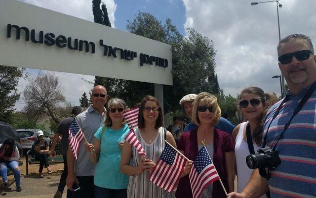 Des partisans du président américain Donald Trump venus du Missouri et du Texas, dont Susan Anderson, 2e à gauche, et Misty Frost, 3e à droite, devant le musée d'Israël où Trump a donné un discours, à Jérusalem, le 23 mai 2017. (Crédit : Melanie Lidman/Times of Israël)