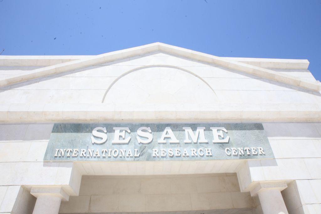Entrée du complexe SESAME (Crédit : Fondation Sharing Knowledge)