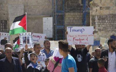 Manifestation de soutien aux prisonniers palestiniens en grève de la faim à Bethléem, pendant la visite du président américain Donald Trump, le 23 mai 2017. (Crédit : Dov Lieber/Times of Israël)