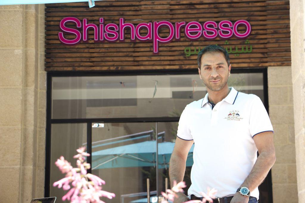 Murad Howari, fondateur de la chaîne de café Shishapress, est le premier entrepreneur palestinien à être propriétaire d'une boutique dans le Q-Center de Rawabi (Crédit : Dov Lieber / Times of Israel)