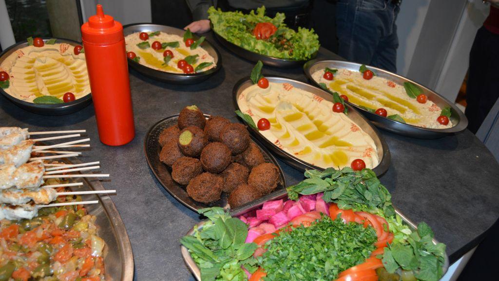 À la fin de l'atelier conjoint de l'INSEAD, des chercheurs israéliens et arabes ont eu le droit à un buffet de plats proposés par un chef libanais, en avril 2017 (Crédit : autorisation)