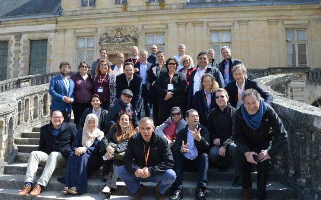 Les chercheurs israéliens, arabes, iraniens et turcs lors d'un rassemblement à Fontainebleau du 28 au 30 avril 2017, en France, pour mettre en place des projets de recherche conjoints  (Crédit : Autorisation)