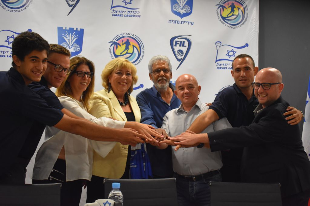 La maire de Mariam Feirberg-Ikar, à gauche au centre, et le chef de la fédération israélienne de lacrosse (ILA), 3ème à droite, accompagnés par les joueurs de l'équipe Israel lacrosse. (Autorisation)