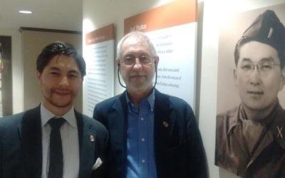 Justin Ito-Adler, à gauche, avec son père  James et la photo de son grand-père Sus Ito à Harvard. (Crédit : Rich Tenorio/Times of Israel)