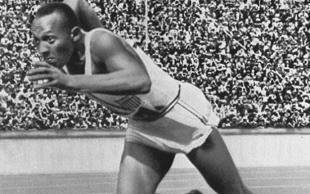 Jesse Owens au départ du 200m aux Jeux olympiques de Berlin, en 1936. (Crédit : Wikipedia)