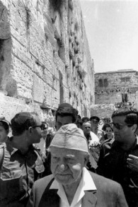 David Ben Gurion, Premier ministre, au mur Occidental, le 11 juin 1967. (Crédit : collection de Dan Hadani/Bibliothèque nationale d'Israël)