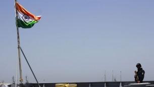 Un marin indien monte la garde à bord de l'INS Trishul, accosté à Haïfa, dans le cadre d'une visite officielle de la marine indienne, le 10 mai 2017. (Crédit : Judah Ari Gross/Times of Israel)