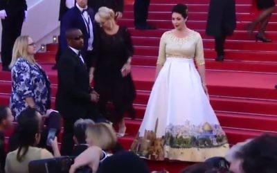 Miri Regev porte une robe représentant Jérusalem sur le tapis rouge lors de l'ouverture du festival de Cannes, le mercredi 17 mai 2017 (Capture d'écran : Dixième chaîne)