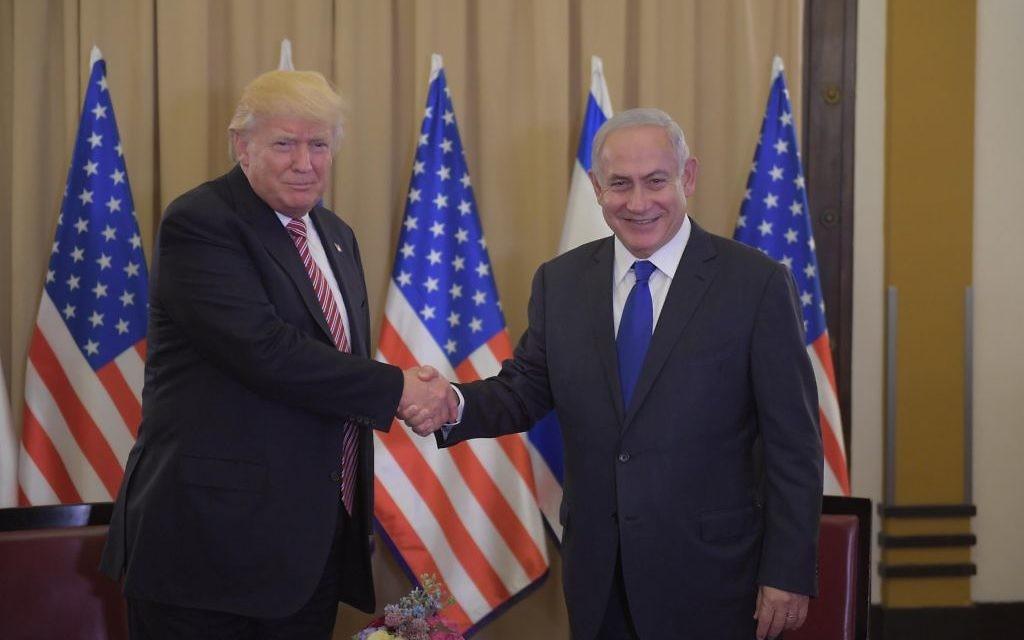 Poignée de main entre le président américain Donald Trump et le Premier ministre israélien Benjamin Netanyahu, à l'hôtel King David, à Jérusalem, le 22 mai 2017. (Crédit : Amos Ben-Gershom/GPO)