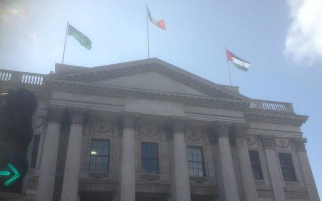 À droite, le drapeau palestinien flotte sur l'Hötel de Ville du Dublin, le 9 mai 2017. (Crédit : Twitter)