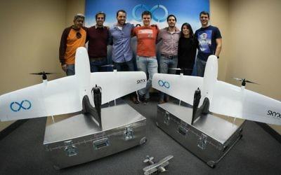Une partie de l'équipe de SkyX avec les deux premiers modèles d'exportation des drones SkyOne. Le directeur général Didi Horn est le troisième à gauche (Autorisation)