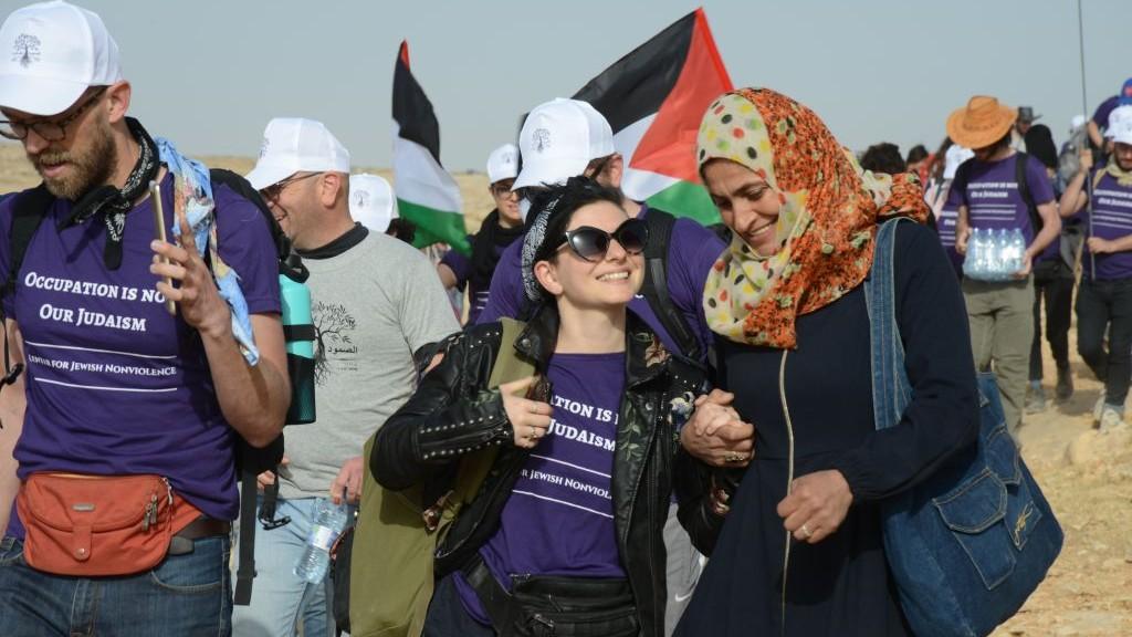 """Militants en chemin vers le """"camp de la liberté Sumud"""", dans les collines du sud de Hébron, le 19 mai 2017. (Crédit : Gili Getz)"""