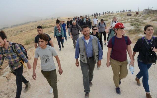 """Des Juifs du monde entier accompagnés d'Israéliens et de Palestiniens en route vers le """"camp de la liberté Sumud"""", dans les collines du sud de Hébron, le 19 mai 2017. (Crédit : Gili Getz)"""