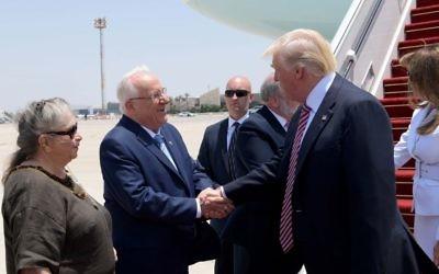 Le président et la première dame Rivlin saluent le président américain, le 22 mai 2017 (Crédit : Avi Ohayon /GPO)