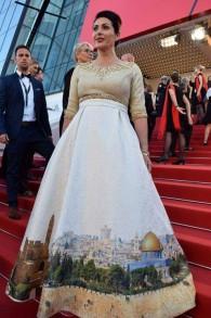 Miri Regev porte une robe représentant Jérusalem sur le tapis rouge lors de l'ouverture du festival de Cannes, le mercredi 17 mai 2017 (Crédit : Eli Sabati)