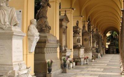 Une colonnade avec des monuments funéraires au  Campo Verano, à Rome. (Crédit : CC BY 2.0 Patrick Denker/Wikipedia)