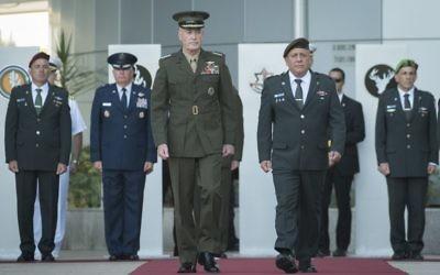 Les chefs d'Etat-major des armées américaine et israélienne, Joseph Dunford, à gauche, et Gadi Eizenkot, au quartier général de l'armée à Tel Aviv, le 9 mai 2017. (Crédit : unité des porte-paroles de l'armée israélienne)
