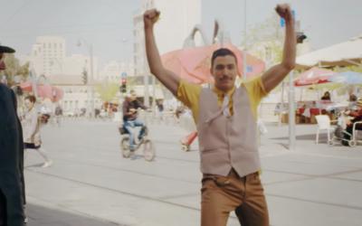 Nadav Zelner dans une vidéo promotionnelle produite par le ministère des Affaires étrangères montrant Jérusalem pour fêter les 50 ans de la réunification (Crédit : Capture d'écran YouTube)