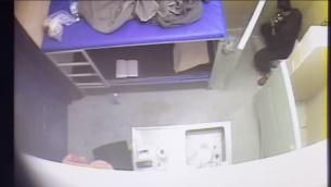 Marwan Barghouthi filmé en train de manger en secret dans sa cellule au moment où il mène une vaste grève de la faim des détenus palestiniens. (Crédit : capture d'écran Service des prisons israéliennes)