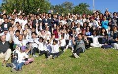 102 Bnei Menahe qui viennent de terminer leur processus d'intégration en Israël à Kfar Hasidim, le 12 mai 2017. (Crédit : Yehuda Schwartz/Shavei Israel)
