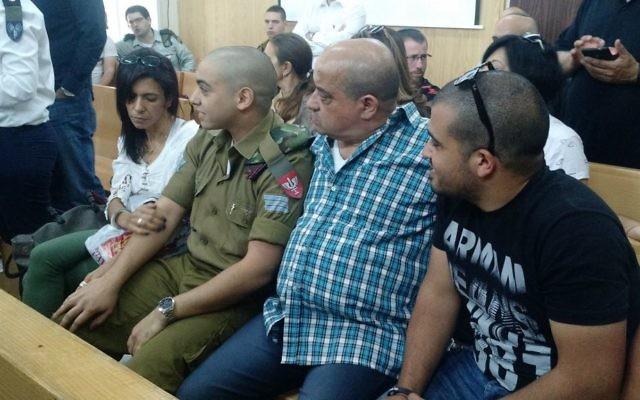 Elor Azaria avec ses parents dans la salle d'audience de la cour d'appel de la Kirya, à Tel Aviv, le 3 mai 2017. (Crédit : Judah Ari Gross/Times of Israël)