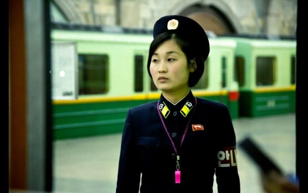 Un agent de circulation nord-coréen (Crédit : Moshe Shai)