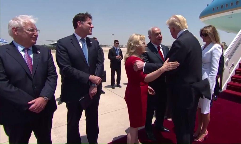 Le Premier ministre Benjamin Netanyahu et son épouse Sara accueillent le président américain Donald Trump à son arrivée à Ben Gurion, le 22 mai 2017. (Crédit : capture d'écran GPO)