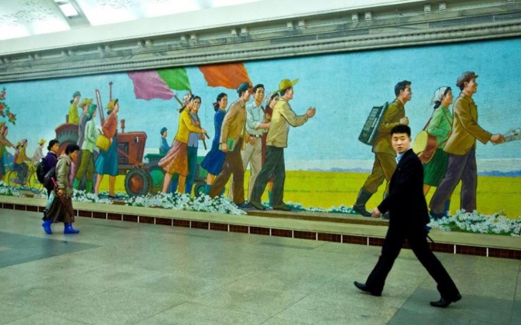 Les Nord-Coréens sur leur trajet quotidien (Crédit : Moshe Shai)