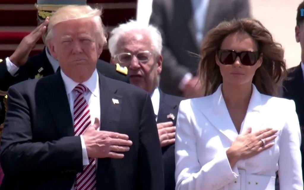 Le président américain Donald Trump et son épouse Melania, pendant l'hymne américain sur le tarmac de Ben Gurion, le 22 mai 2017. (Crédit : capture d'écran GPO)