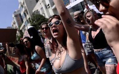 Les manifestantes participant au SlutWalk de Tel Aviv, le 12 mai 2017 (Crédit : Tomer Neuberg / Flash90)