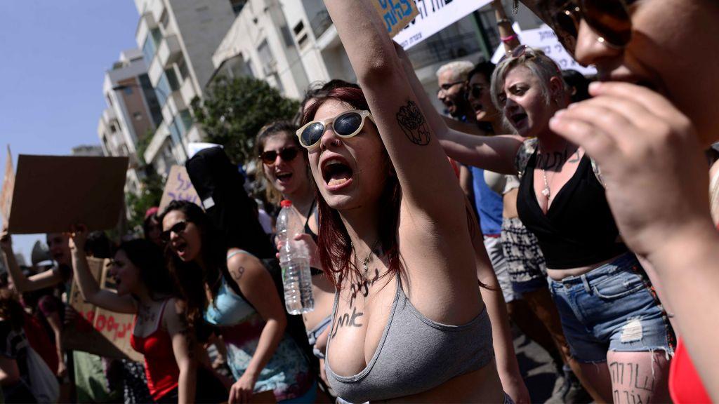Les manifestants participant au SlutWalk de Tel Aviv, le 12 mai 2017 (Crédit : Tomer Neuberg / Flash90)