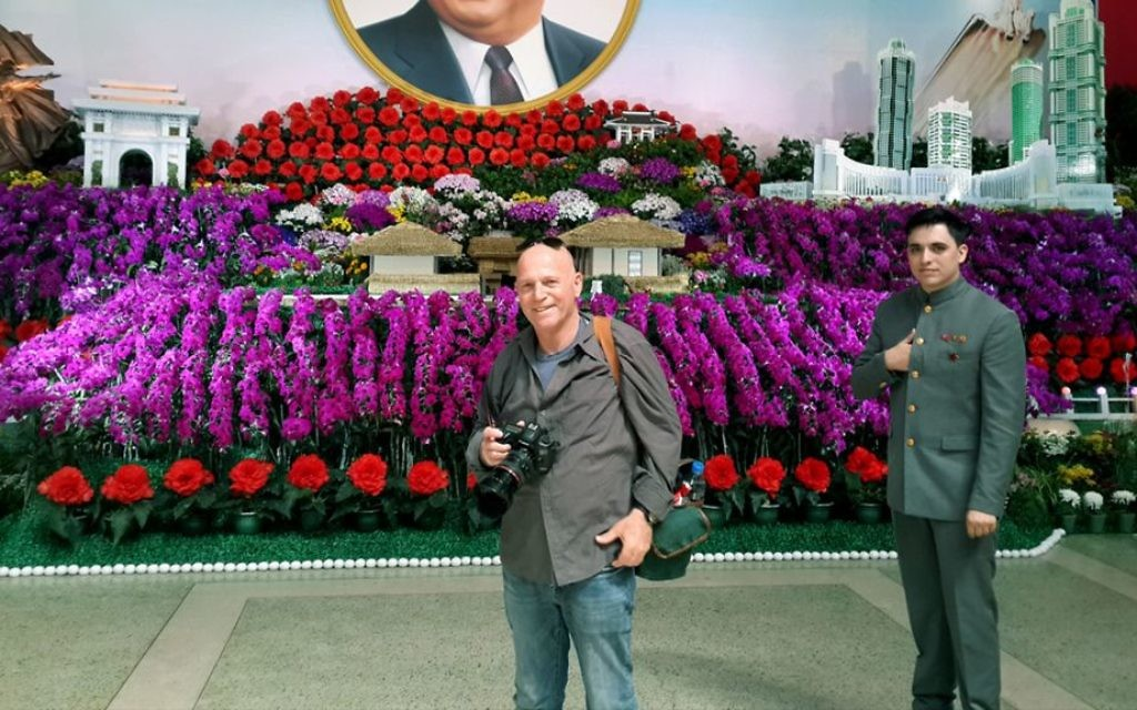 Moshe Shai lors de sa visite en Corée du Nord (Crédit : Autorisation)