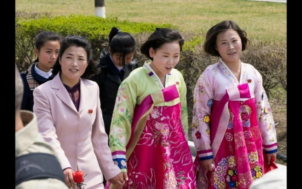 Des femmes nord-coréennes en tenue traditionnelle (Crédit : Moshe Shai)