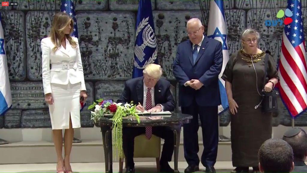 Donald Trump signe le Livre d'Or à la résidence présidentielle (Crédit : capture d'écran GPO)