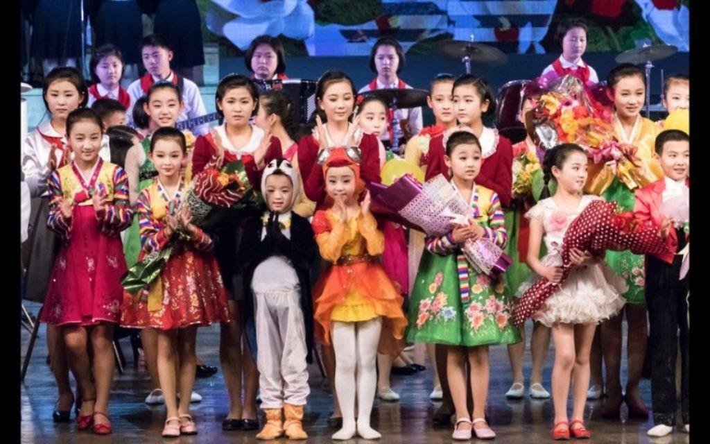 Les enfants habillés jouent en Corée du Nord. Le gouvernement veut que les touristes visitent le pays car ils génèrent du revenu, a déclaré Shai. (Crédit : Moshe Shai)
