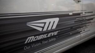 Le logo de Mobileye sur une voiture à Jérusalem, le 14 mars 2017. Intel a acheté Mobileye pour 15 milliards de dollars en mars 2017. (Crédit : Yonatan Sindel/Flash90)