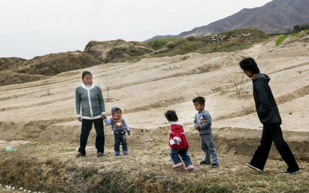 Une famille de Nord-Coréens. L'itinéraire de Shai était strictement contrôlé mais il a photographié la vie quotidienne des gens quand c'est possible (Crédit : Moshe Shai)