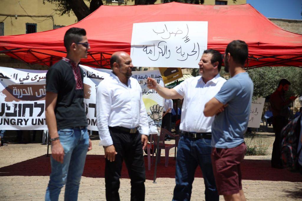 Ayman Odeh, 2e à droite, député de la Liste arabe unie, devant une tente de solidarité avec les prisonniers palestiniens qui font grève de la faim, à Nazareth, le 11 mai 2017. (Crédit : autorisation)