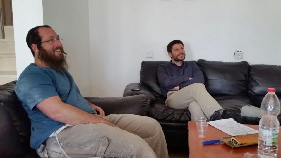"""Elkana Pikar, à gauche, avec le député Bezalel Smotrich de HaBayit HaYehudi, à Yitzhar, le 16 mai 2017. (Crédit : campagne """"Nous sommes tous Elkana Pikar"""")"""