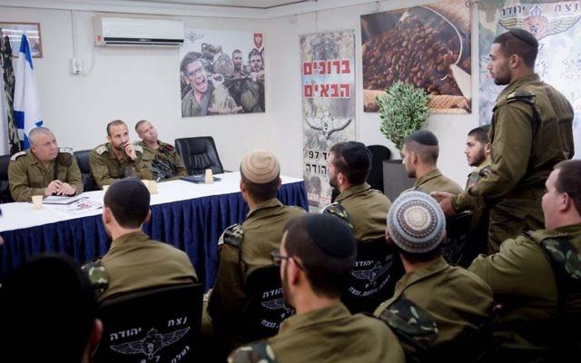 Gadi Eizenkot, chef d'Etat-major de l'armée israélienne, devant le bataillon Netzah Yehuda de la brigade Kfir, en partie composé de soldats ultra-orthodoxes, près de Ramallah, le 16 mai 2017. (Crédit : unité des porte-paroles de l'armée israélienne)