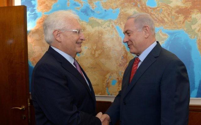 Le Premier ministre Benjamin Netanyahu,à droite, avec le nouvel ambassadeur américain, David Friedman, le 16 mai 2017. (Crédit : Haim Tzach/GPO)