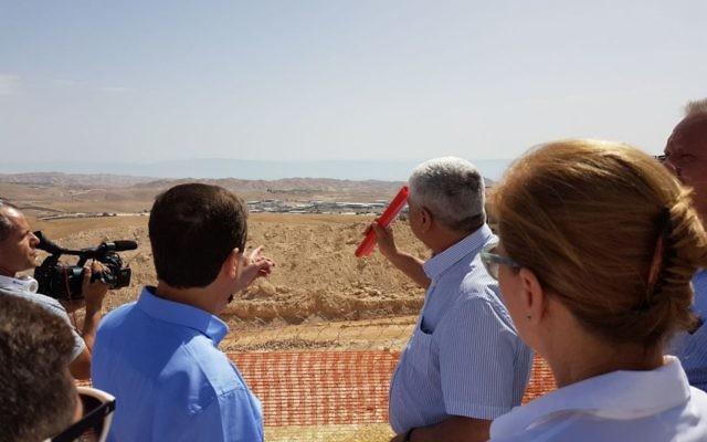 Le chef de l'opposition Isaac Herzog visite l'implantation de Ma'ale Adumim en Cisjordanie avec les membres de la faction de l'Union sioniste, jeudi 18 mai 2017. (Crédit : autorisation)