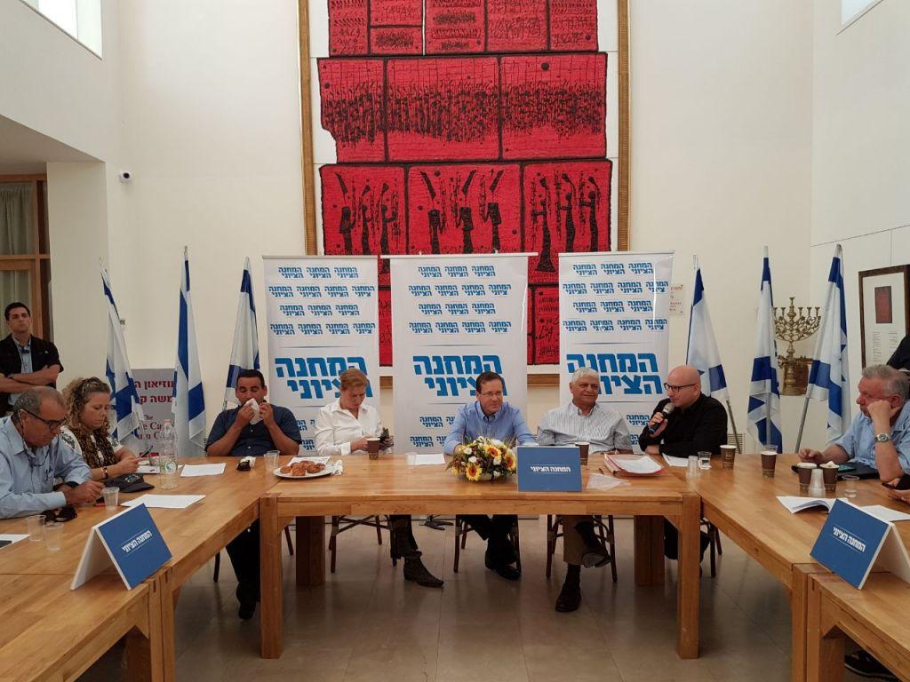 Le chef de l'opposition Isaac Herzog organise une réunion du parti Union sioniste à Ma'ale Adumim en Cisjordanie, le 18 mai 2017. (Crédit : autorisation)