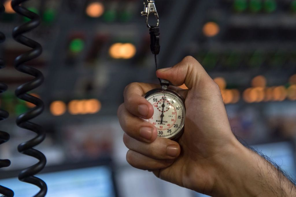 Un sous-marinier de l'armée israélienne surveille le temps lors d'un exercice surprise en mai 2017 (Crédit : Unité des porte-paroles de l'armée israélienne)