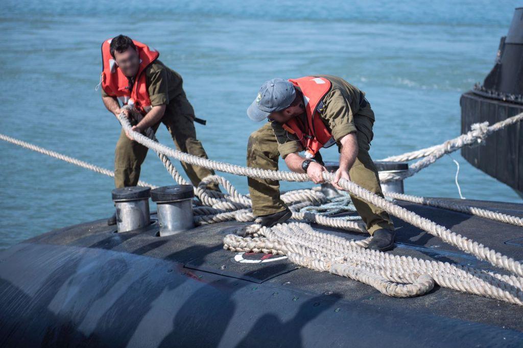 Les sous-mariniers de l'armée israélienne préparent leurs vaisseaux pour un exercice surprise en mai 2017 (Crédit : Unité de porte-parole de l'armée israélienne)