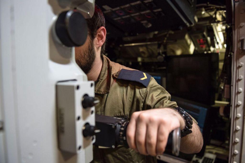 Un sous-marinier de l'armée regarde dans le périscope de son navire lors d'un exercice surprise en mai 2017 (Crédit : Unité de porte-parole de l'armée israélienne)