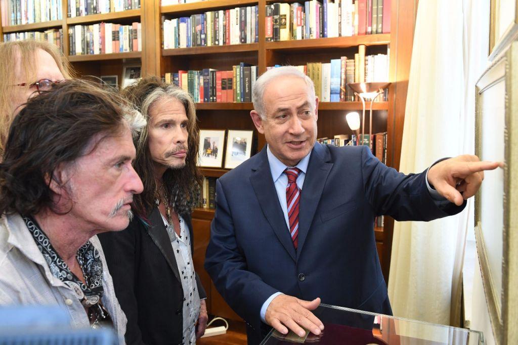 Le Premier ministre Benjamin Netanyahu (à droite) avec Steve Tyler (au centre) et Joe Perry du groupe de rock Aerosmith au bureau du Premier ministre, à Jérusalem, le 18 mai 2017 (Crédit : Kobi Gidon / GPO)