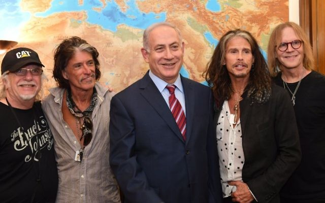 Le Premier ministre Benjamin Netanyahu (au centre) avec  (de gauche à droite) Brad Whitford, Joe Perry, Steven Tyler et Tom Hamilton du groupe de rock Aerosmith au bureau du Premier ministre, Jérusalem le 18 mai 2017 (Crédit : Kobi Gidon / GPO)