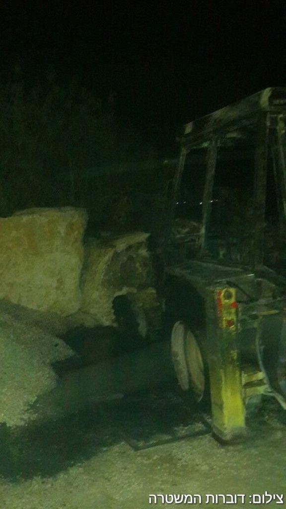 Un tracteur incendié dans le village palestinien de Burin après un incendie volontaire présumé le 19 mai 2017 (Crédit : Porte-parole de la police)