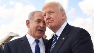 Le Premier ministre Benjamin Netanyahu, à gauche, et le président américain Donald Trump, à droite, à l'aéroport international Ben Gurion avant le départ de Trump, le 23 mai 2017. (Crédit : Koby Gideon/GPO)